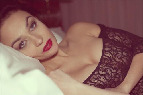 Алена Водонаева заинтриговала поклонников философским фото в постели