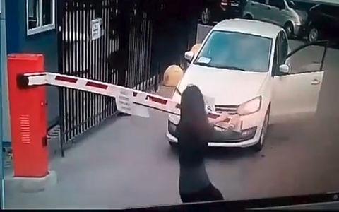 Неравный бой девушки со шлагбаумом попал на видео