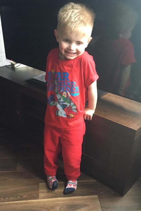 Они насмехались над 3-летним мальчиком из-за носков... Ответ разгневанной мамы гениален!