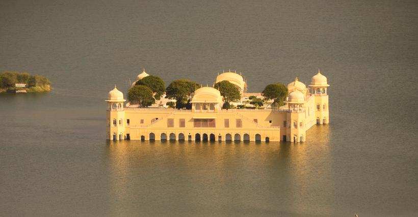4 этажа под водой: зачем дворец Джал-Махал построили посреди озера