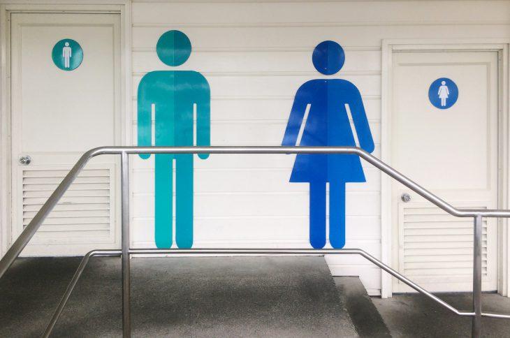 Зашёл в мужской туалет, а из кабинки вылетает разъярённая тётка…