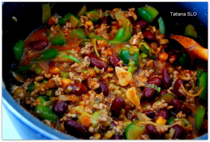 Почти по-мексикано* ... фарш приготовленный со сладким перцем, красной фасолью с кукурузой в томатном соусе