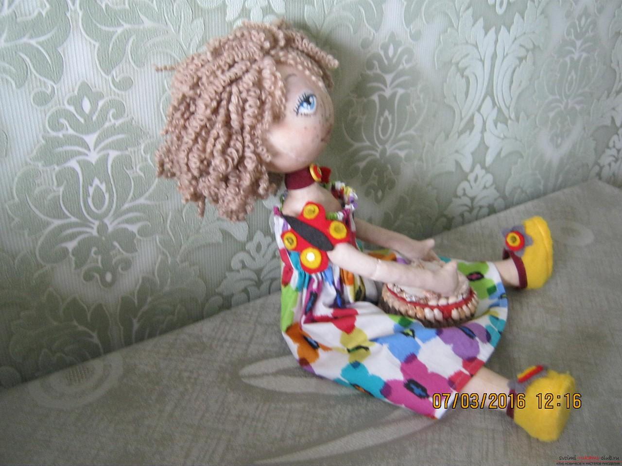 Этот мастер-класс с выкройкой расскажет как сшить своими руками текстильную интерьерную куклу.. Фото №20