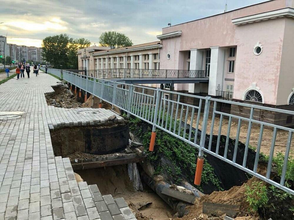 В Нижнем Новгороде закончился ЧМ: дождь уже смыл асфальт на дороге и платформу на вокзале