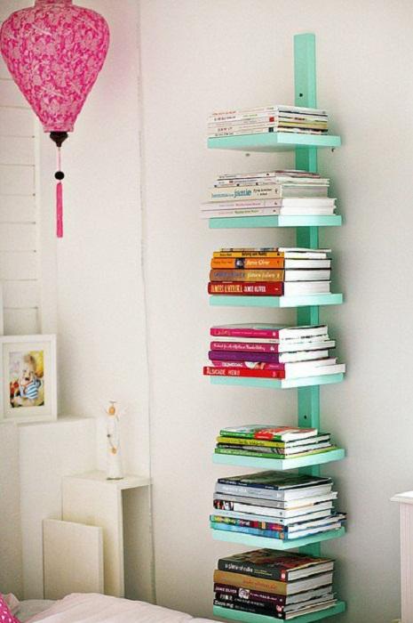 Простой, но симпатичный вариант создания удобных книжных полочек.