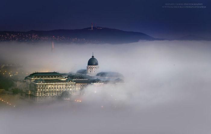 Королевский дворец в тумане. Автор фото: Tamas Rizsavi.