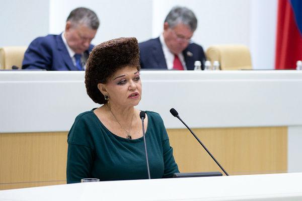 Покидающая СФ Петренко подарила Матвиенко елку