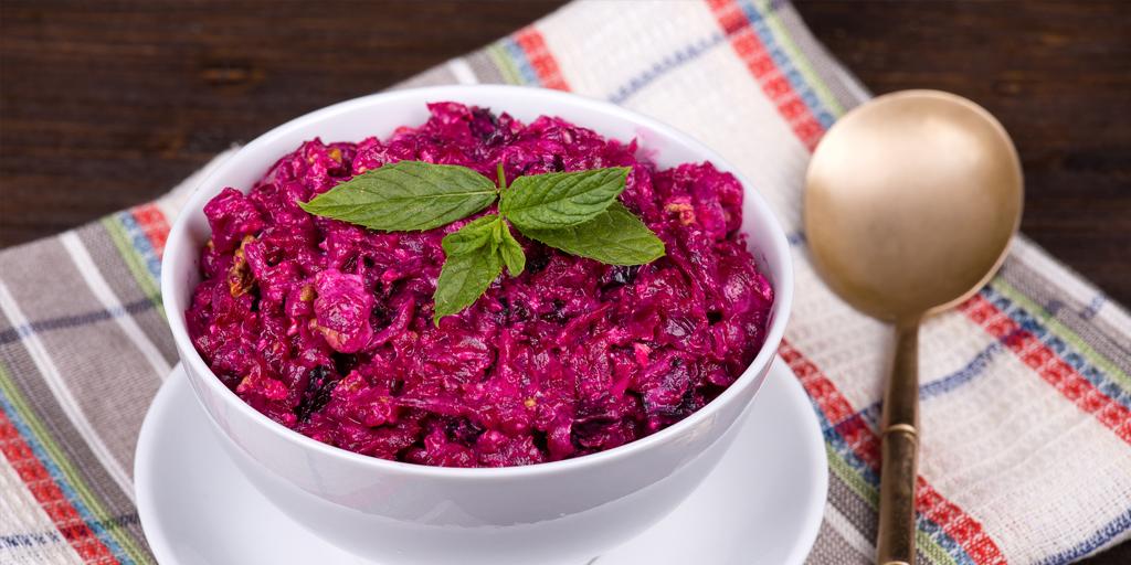 10 салатов с черносливом для любителей необычных сочетаний