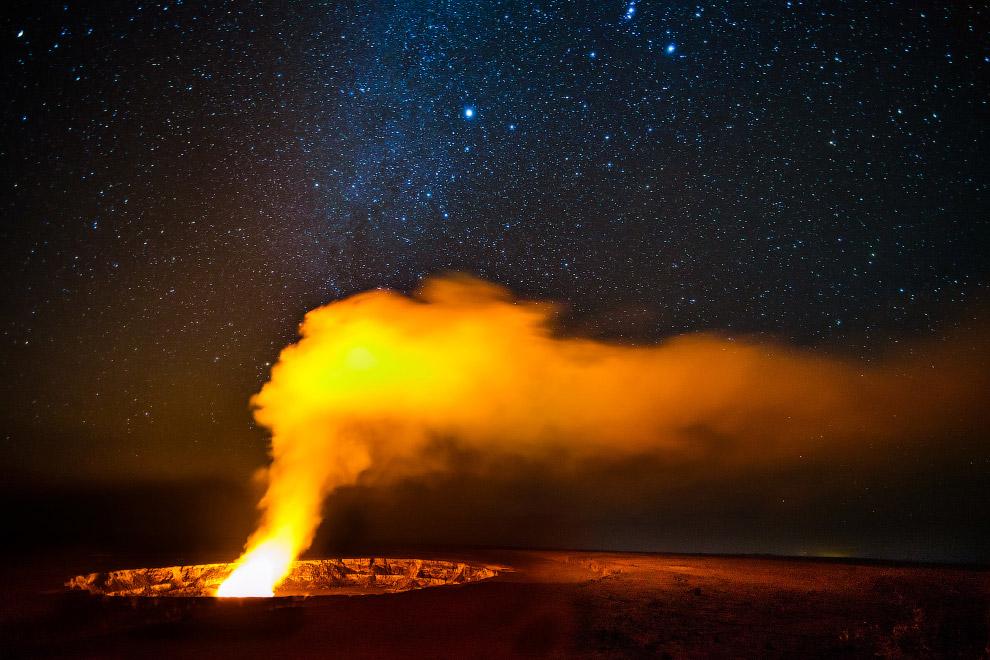 Млечный путь над кратером Хальемаумау вулкана Килауэа, Гавайи