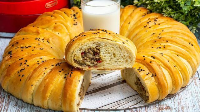Фото к рецепту: Мясной пирог из сдобного дрожжевого теста в духовке