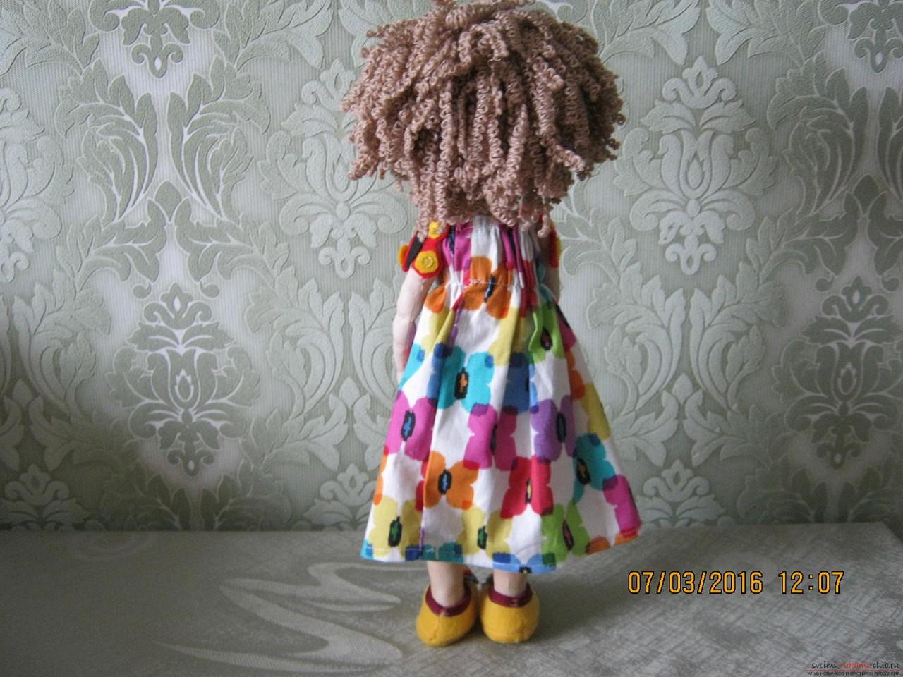 Этот мастер-класс с выкройкой расскажет как сшить своими руками текстильную интерьерную куклу.. Фото №21