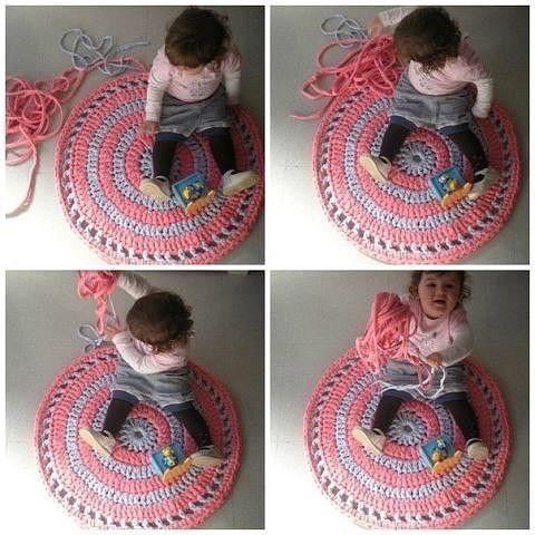 Коврик, связанный из трикотажных полосок. Отличная идея для детской комнаты.