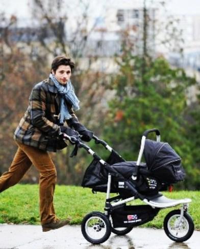 Этот мужчина каждый день приходит в парк с коляской. Но кто в ней? Их история тронула тысячи сердец!