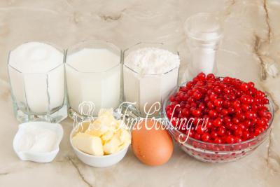 Шаг 1. Для приготовления простого и вкусного ягодного кекса нам понадобится свежая или замороженная красная смородина, пшеничная мука высшего сорта, сахарный песок, молоко, куриное яйцо, сливочное масло, разрыхлитель теста и немного соли