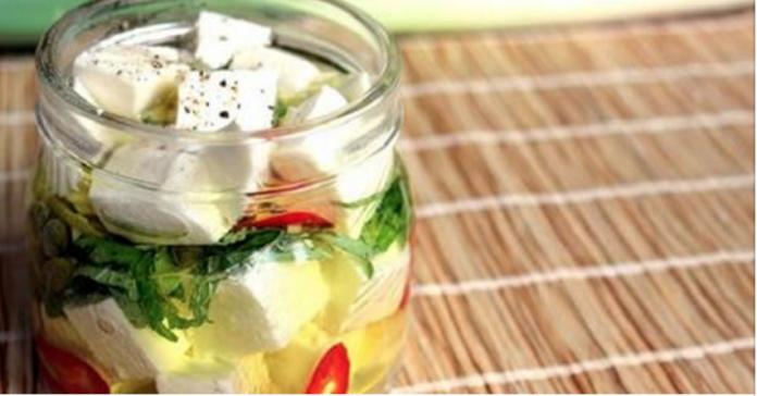 Идеальный, простой и оригинальный вариант для пикника и фуршета: вкусный маринованный сыр с лимонной цедрой.