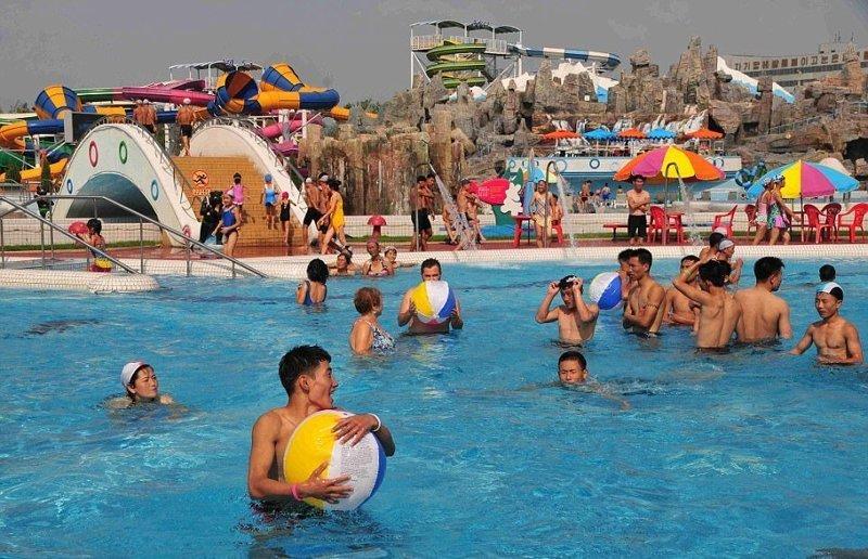 На территории парка в 37 акров (149733,82 кв.м) расположены крытый и открытый бассейны, реки, разнообразные горки и тренажерный зал Израиль, аквапарк, кндр, развлечения, северная корея, турист