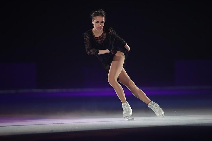 Перед стартом сезона Алина Загитова качается в тренажерке: фигуристка выложила видео из зала