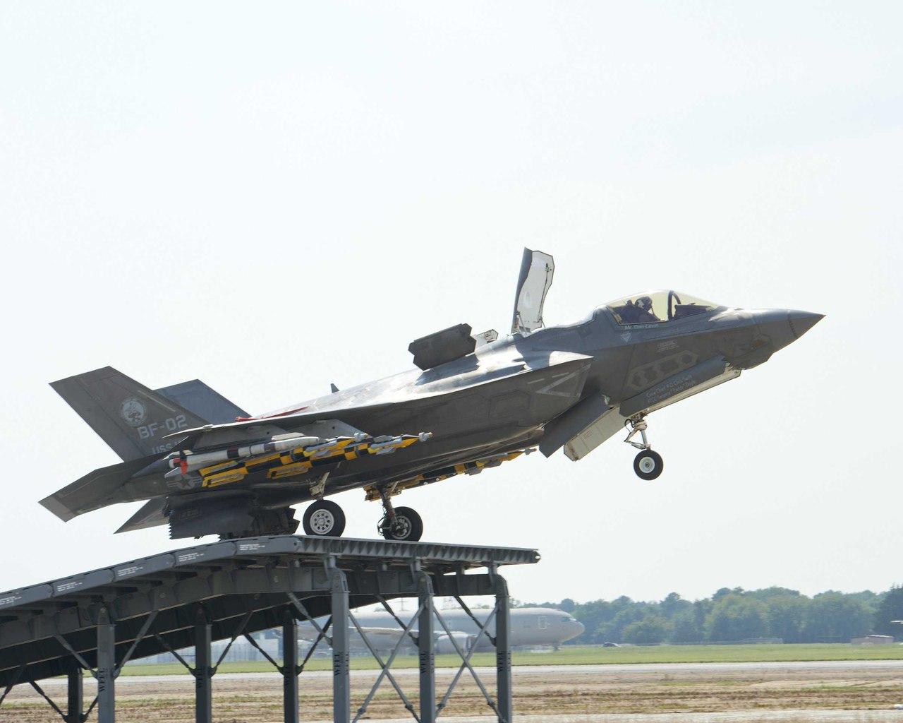 F-35B «прыгнул» с целым арсеналом бомб и ракет
