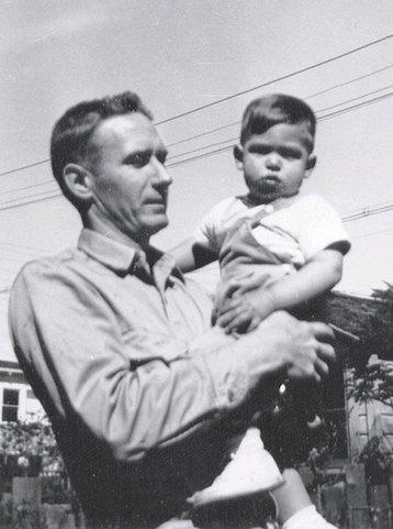 Знаменитости, которые росли с приемными родителями