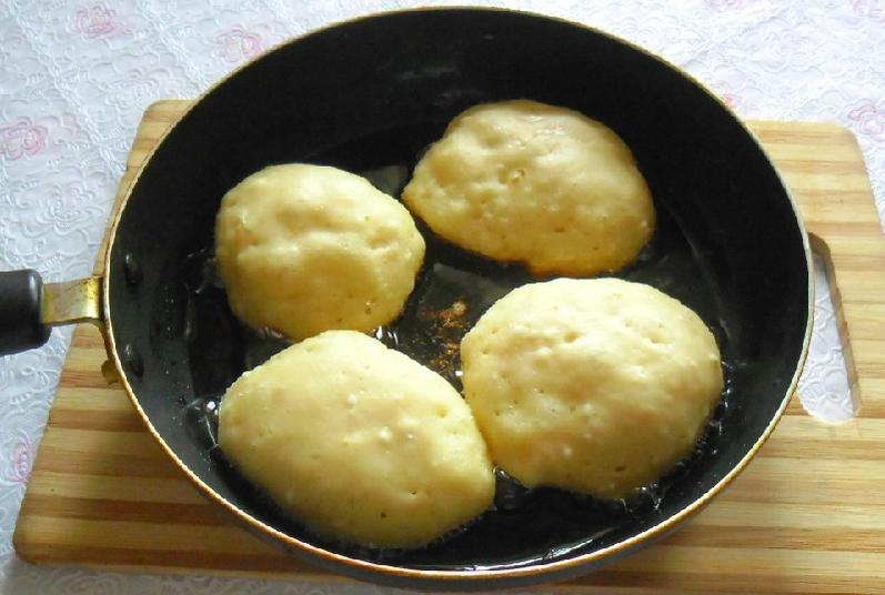 2. Ложкой выкладываем на хорошо прогретую сковороду (понемногу) тесто, чтоб получились круглые оладьи. Жарим с двух сторон на среднем огне до румяности.