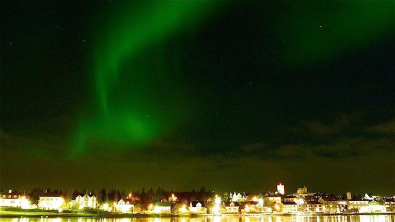 На фото: Северное сияние над Рейкьявиком интересные факты о стране, исландия, факты