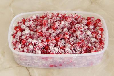 Шаг 7. Свежую красную смородину нужно заранее перебрать, удалить веточки, ягодки помыть и тщательно обсушить