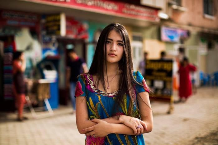 Девушка в ярком красивом одеянии, согласно культуры одеяния таджикского народа.