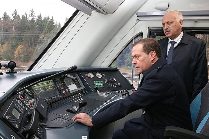 Медведев вспомнил, как работал в железнодорожном депо