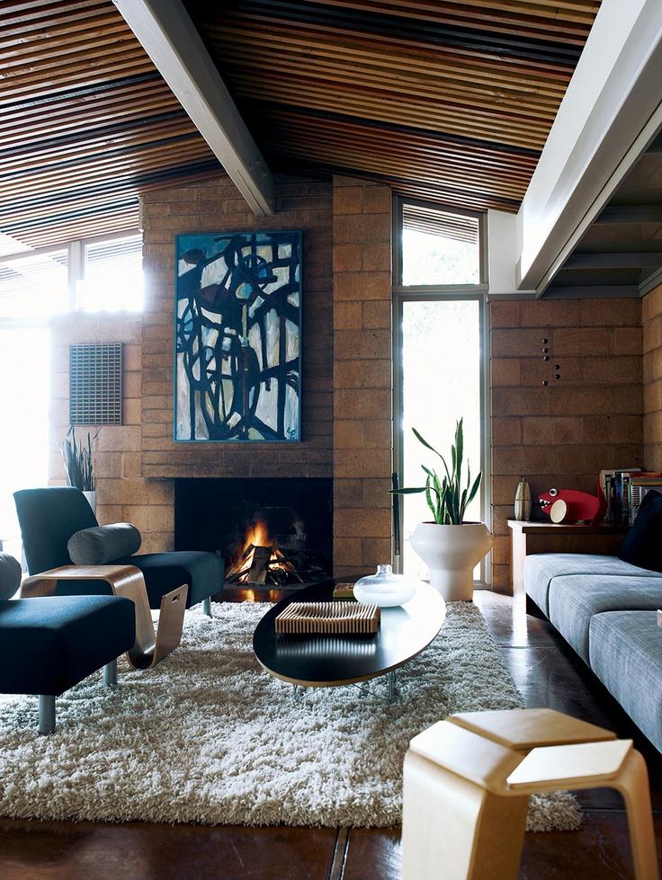 Большой белый, мягкий ковер и стильная мебель придадут интерьеру особый стиль