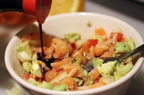 Салат с лососем, авокадо и сладким перцем