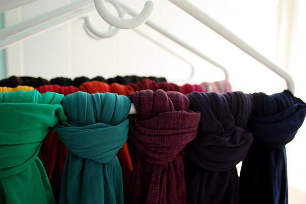20. Привяжите шарфы и колготки к вешалкам - так будет удобнее их хранить и пользоваться лайф-хаки, советы в быту, советы для девушек