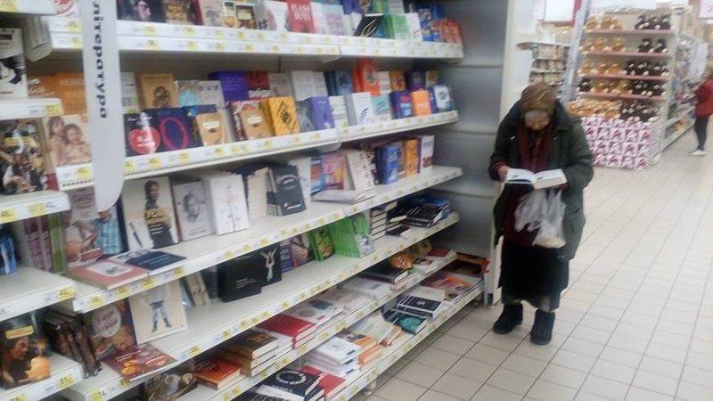 Читающая киевская бабушка получила собственный диванчик