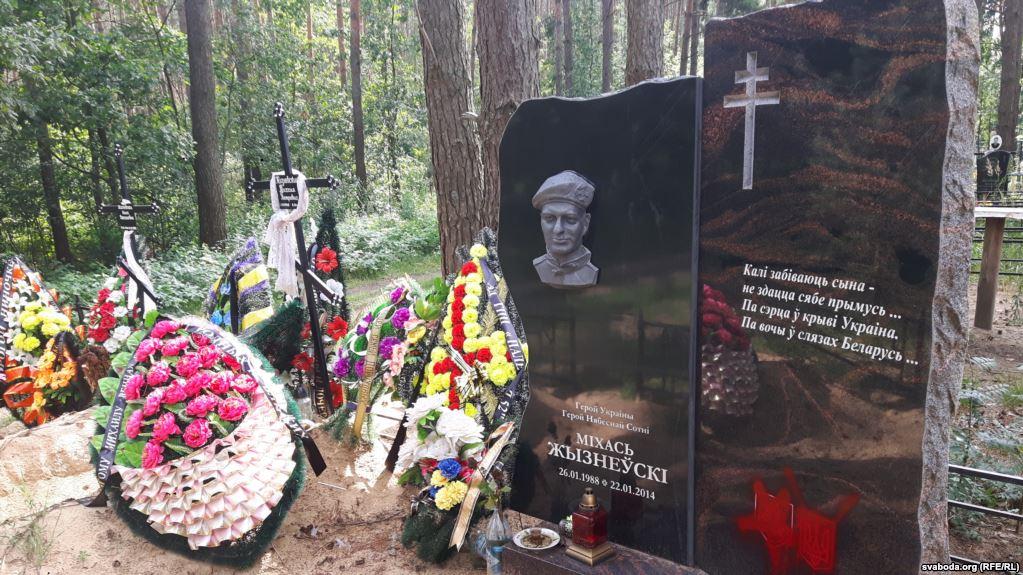 В Гомеле памятник «герою Майдана» облили краской