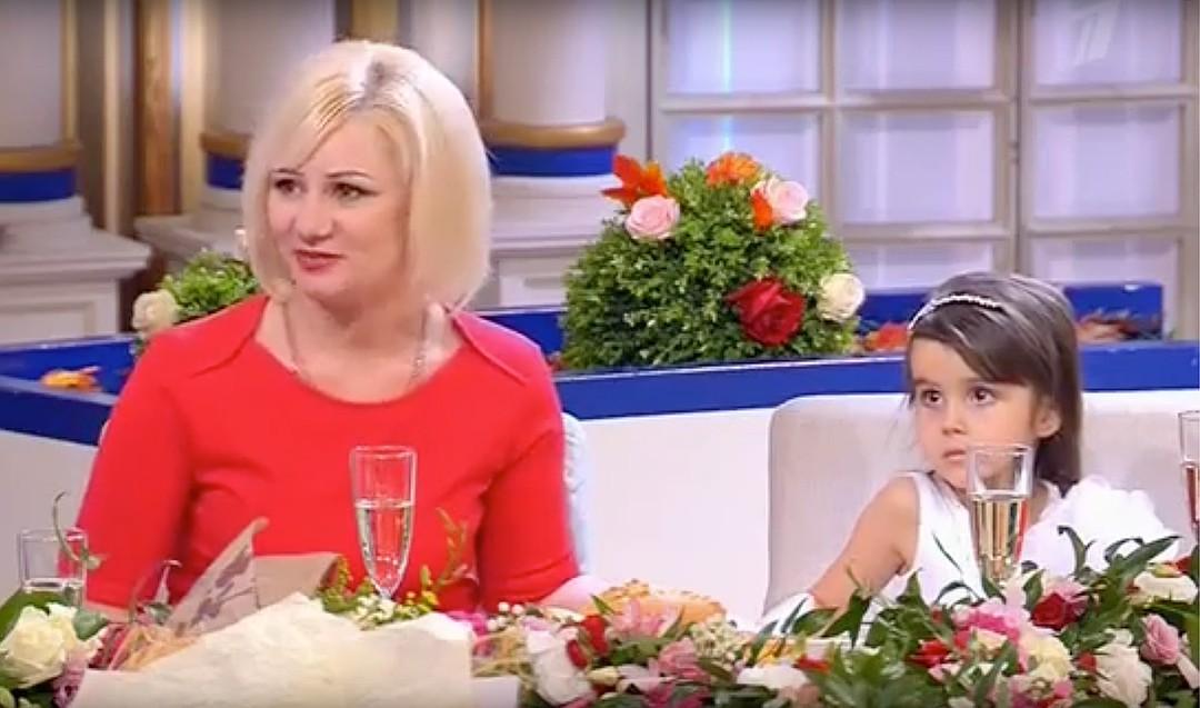 """Валентина рассказала о новой жизни после """"Давай поженимся!"""". На фото с дочерью Сергея. Фото: кадр из программы."""