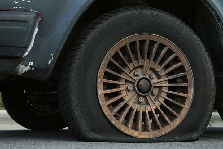 Никогда не знаешь, чего ждать от незнакомцев - у пожилой женщины на трассе спустило колесо...