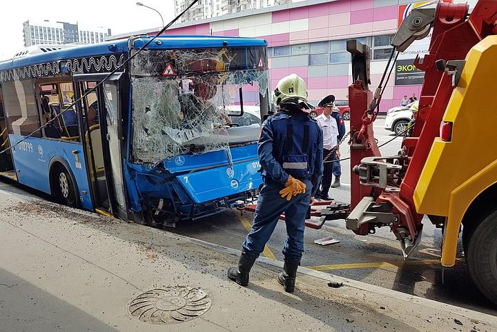 В Москве автобус врезался в столб у метро «Коньково»