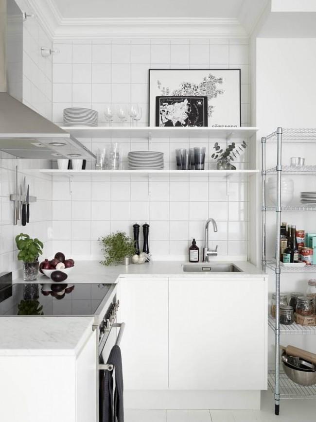 Современная кухня не требует огромного количества шкафчиков, достаточно пары полочек на стене и открытых полок для крупной посуды