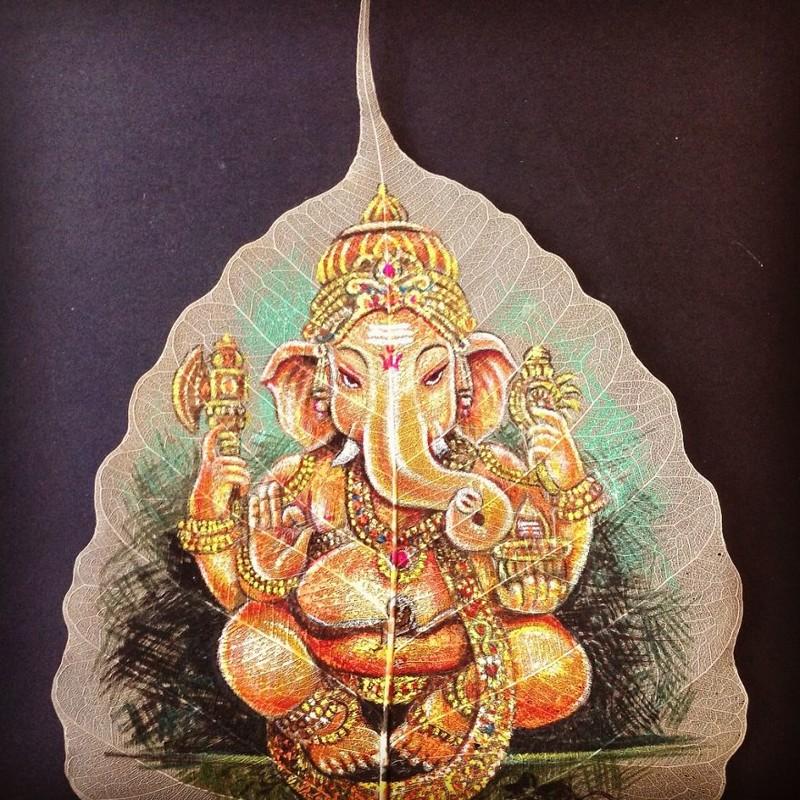 Индиец рисует на листьях священного фикуса, чтобы сохранить древнее искусство
