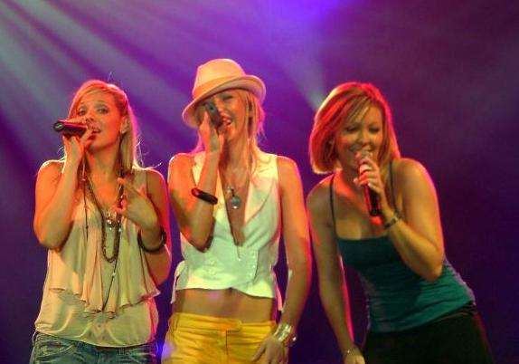 https://upload.wikimedia.org/wikipedia/commons/2/20/Atomic_Kitten_in_concert.jpg