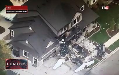 В США мужчина на самолете врезался в собственный дом