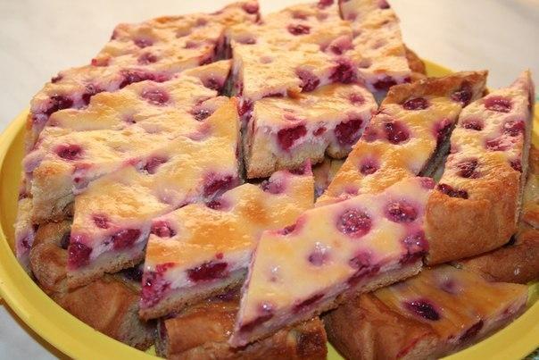 Чудесный малиновый пирог с волшебной заливкой