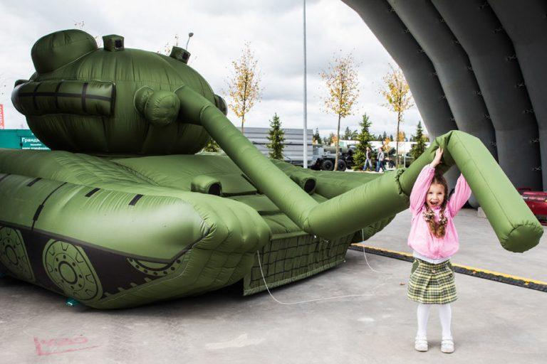 Смешки о надувных «Арматах» сменились паникой в Киеве