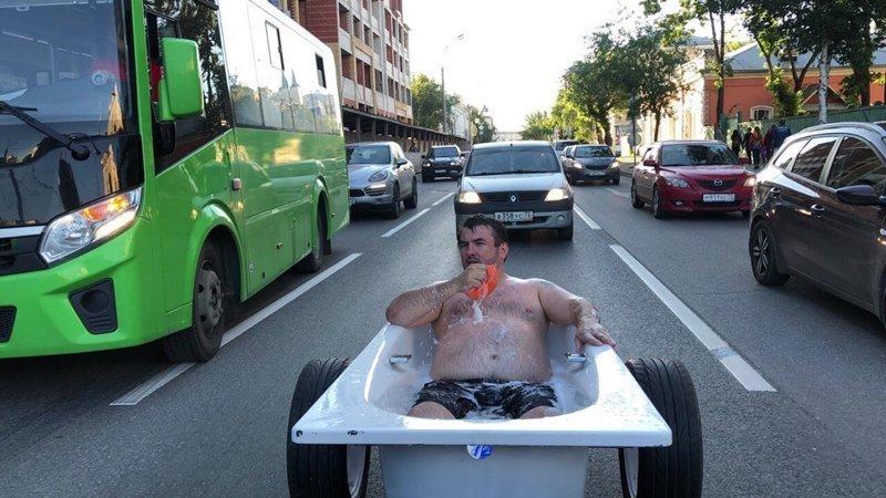Тюменец прокатился по городу в ванне. И помыться успел, и людей повеселить