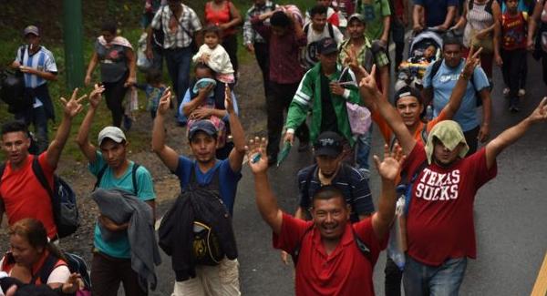 """На США надвигается """"лавина"""" мигрантов, Трамп задействовал армию"""