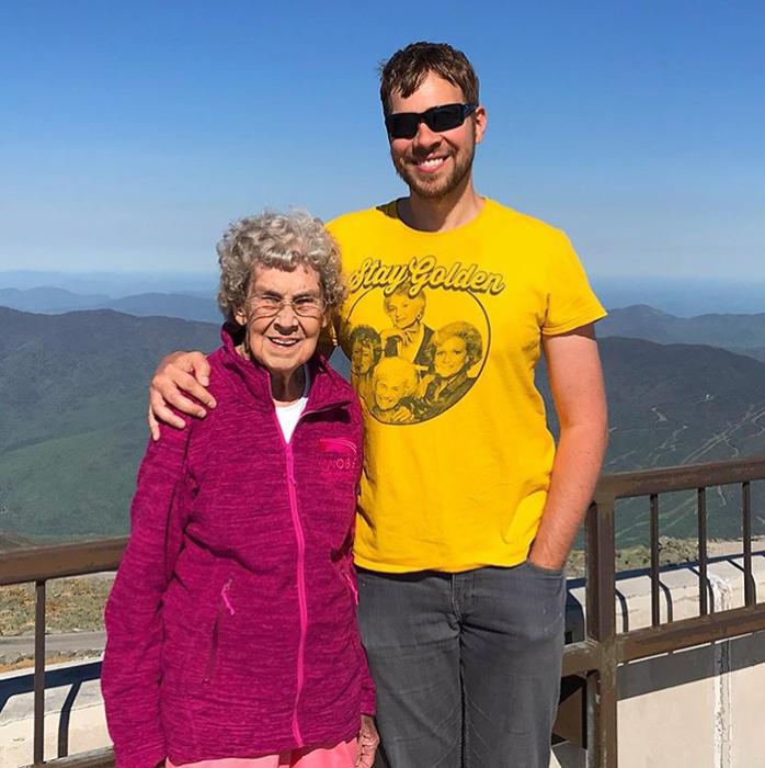 Внук отправился в путешествие с бабушкой, чтобы показать ей мир