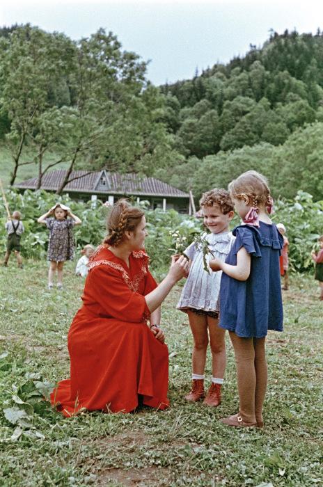 Воспитательница с детьми в детском летнем лагере.   Украина, 1950-е годы. Фото: Semyon Osipovich Friedland.