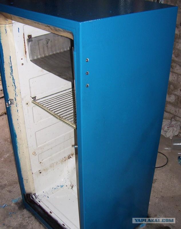 Старый холодильник  нуждался в косметическом ремонте - перед вами результат труда...