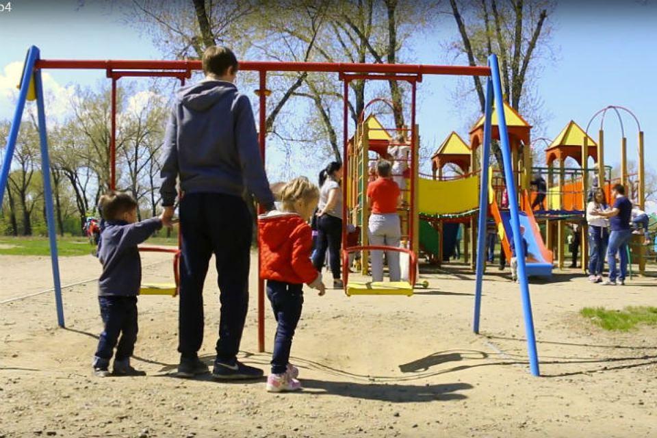 """Видео-эксперимент: трое из десяти детей доверяют незнакомцам. Фото: стоп-кадр видео """"Поиск пропавших детей - Красноярск""""."""