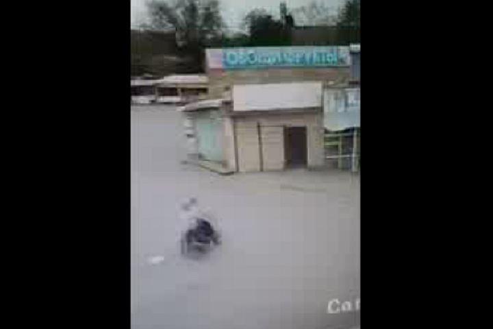 Двое мужнин на скутере протаранили магазин на астраханском рынке