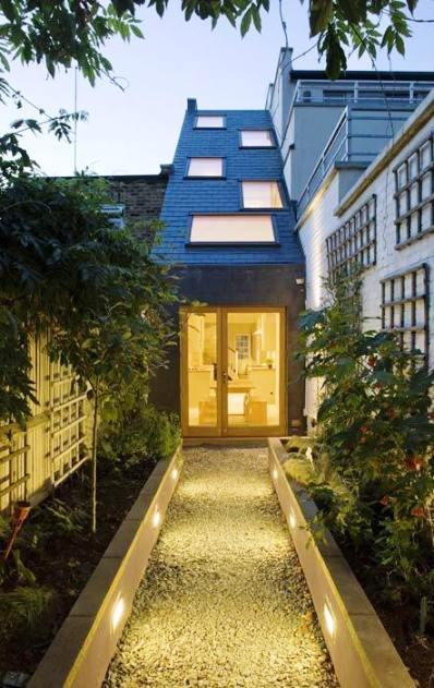 Этот дом всего 2,3 метра в ширину. Но внутри это — комфортабельный особняк, который может дать фору многим полноценным зданиям!
